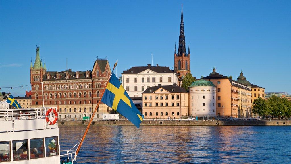 Riddarholmen que incluye una ciudad y una bahía o puerto
