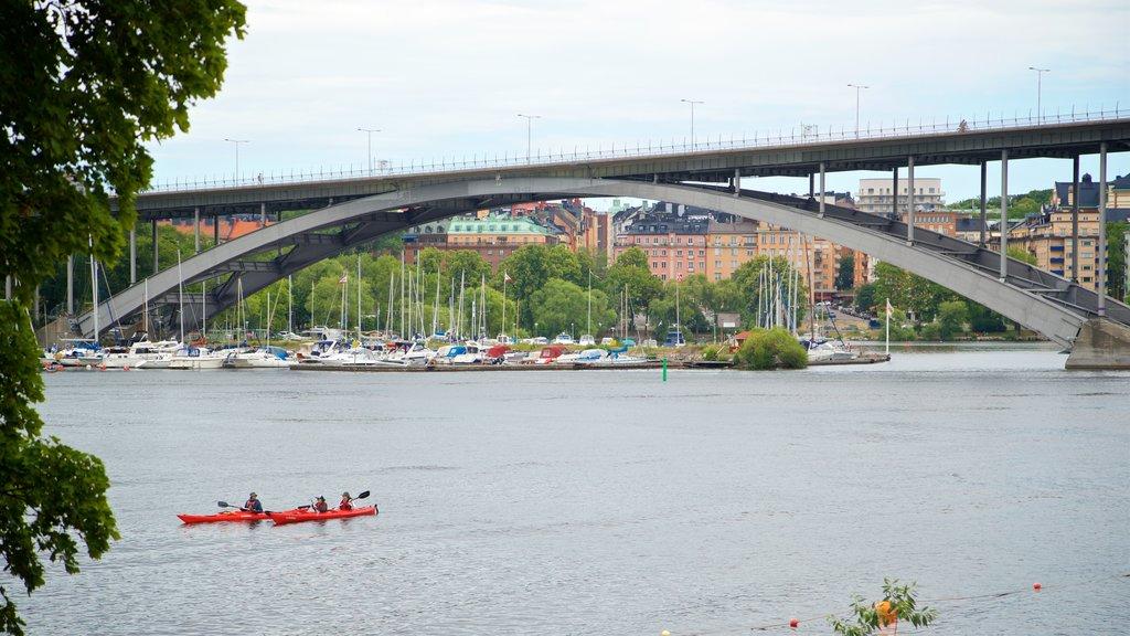 Langholmen que incluye un puente, una bahía o puerto y kayak o canoa