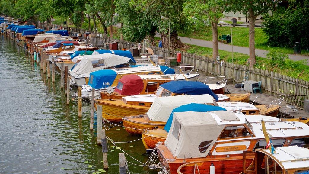 Langholmen que incluye una bahía o puerto y un río o arroyo