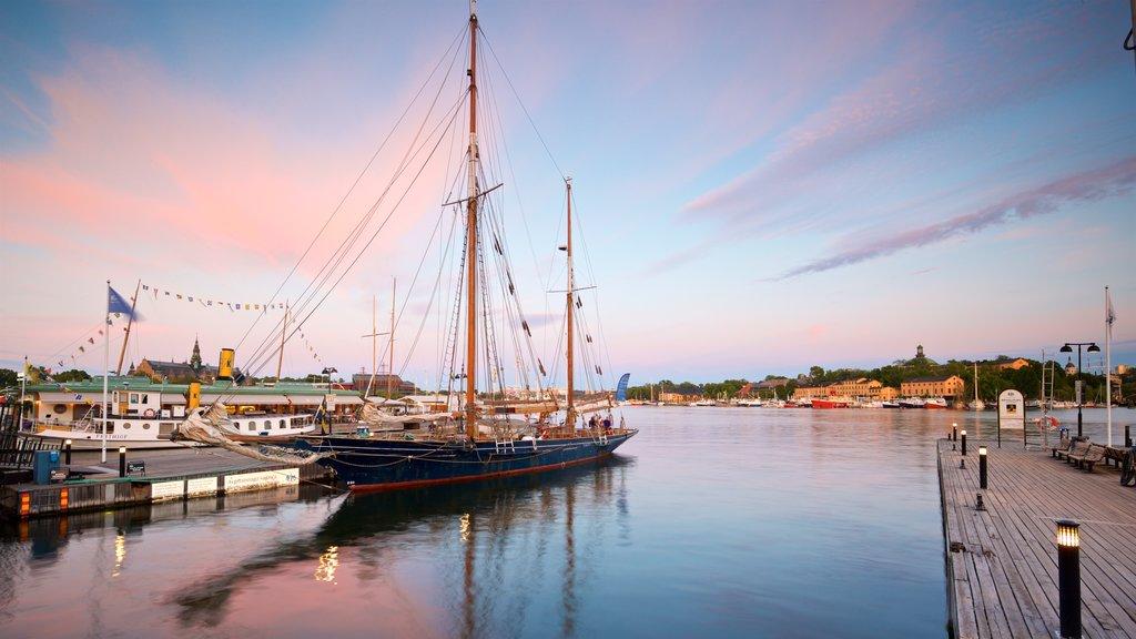 Östermalm que incluye una bahía o puerto, una puesta de sol y elementos del patrimonio