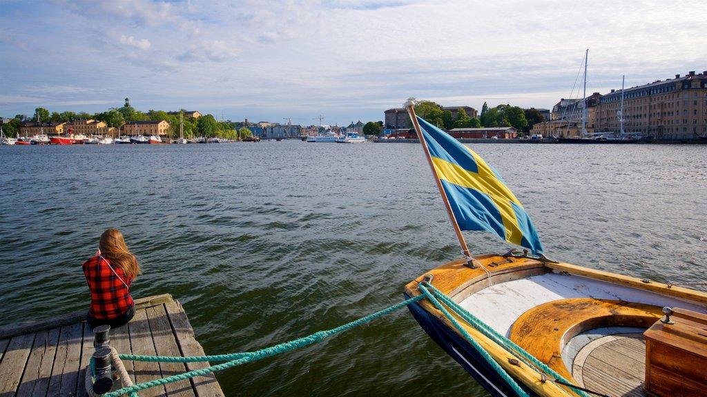 Östermalm que incluye una bahía o puerto y también una mujer