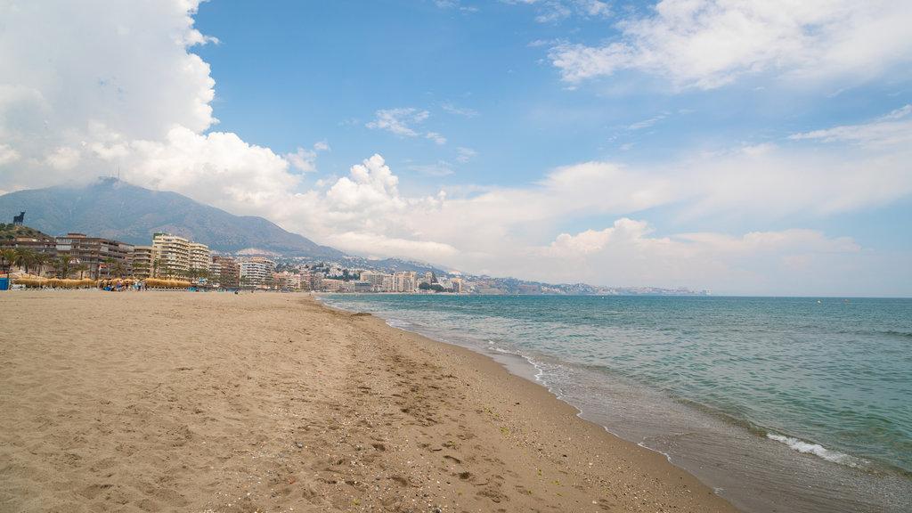 Playa Las Gaviotas ofreciendo vistas generales de la costa y una playa