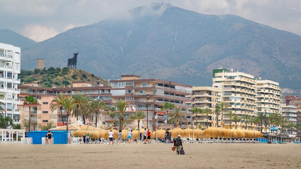 Playa Las Gaviotas que incluye una playa, vistas generales de la costa y una ciudad costera