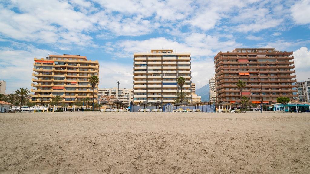 Playa Las Gaviotas que incluye una ciudad costera, una playa de arena y vistas generales de la costa