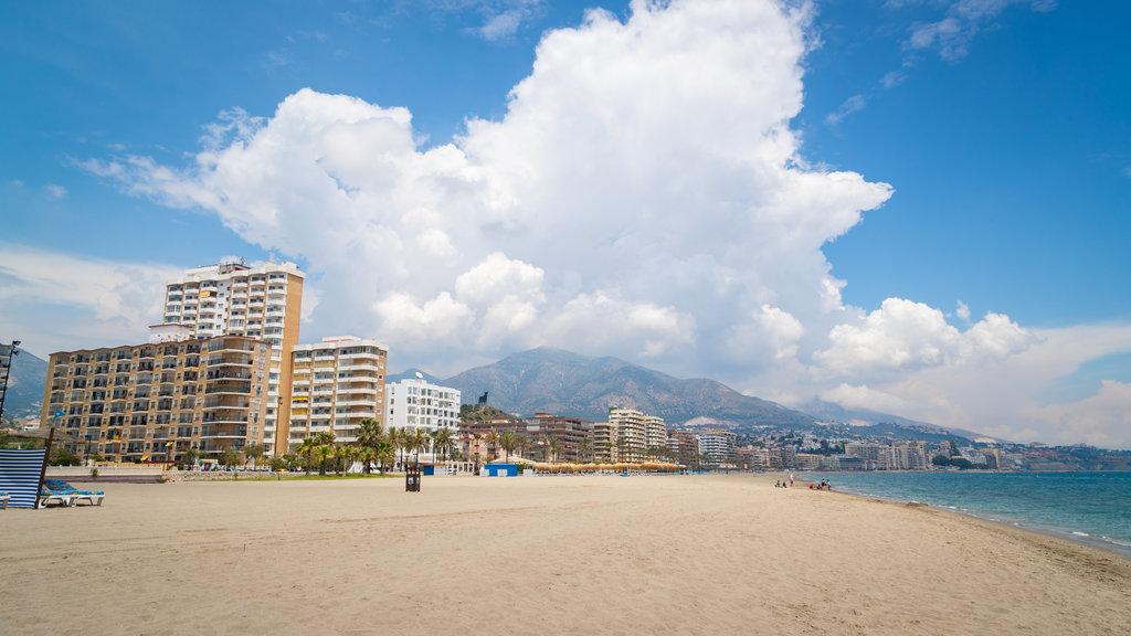 Playa Las Gaviotas ofreciendo una playa de arena, una ciudad costera y vistas generales de la costa