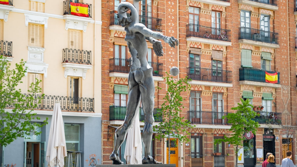 Salamanca featuring outdoor art and a statue or sculpture
