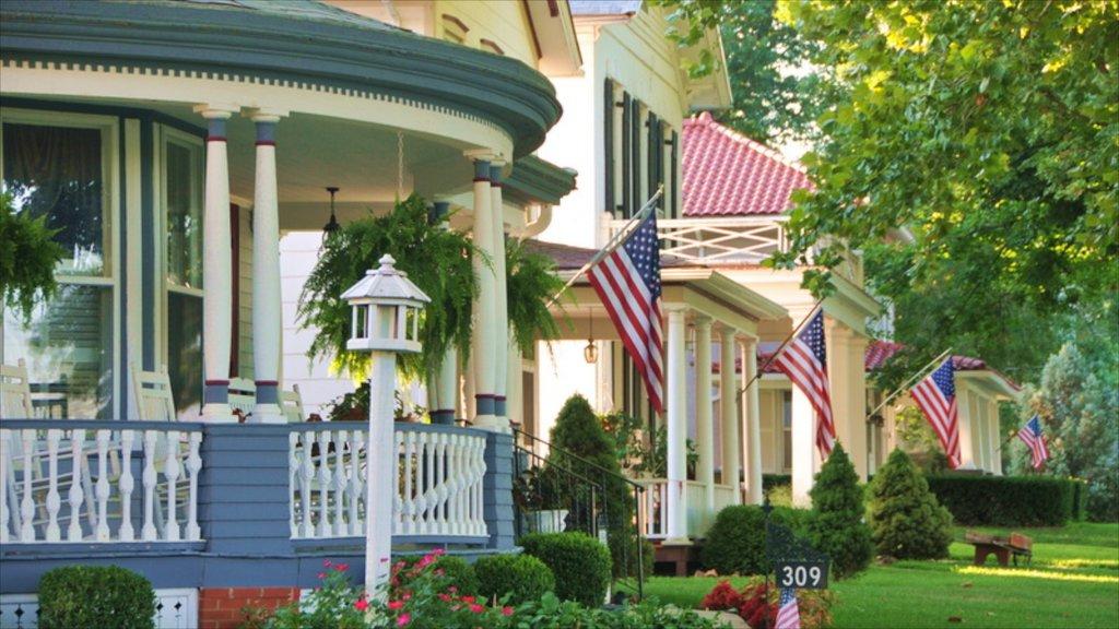 Leavenworth ofreciendo una casa y una pequeña ciudad o pueblo