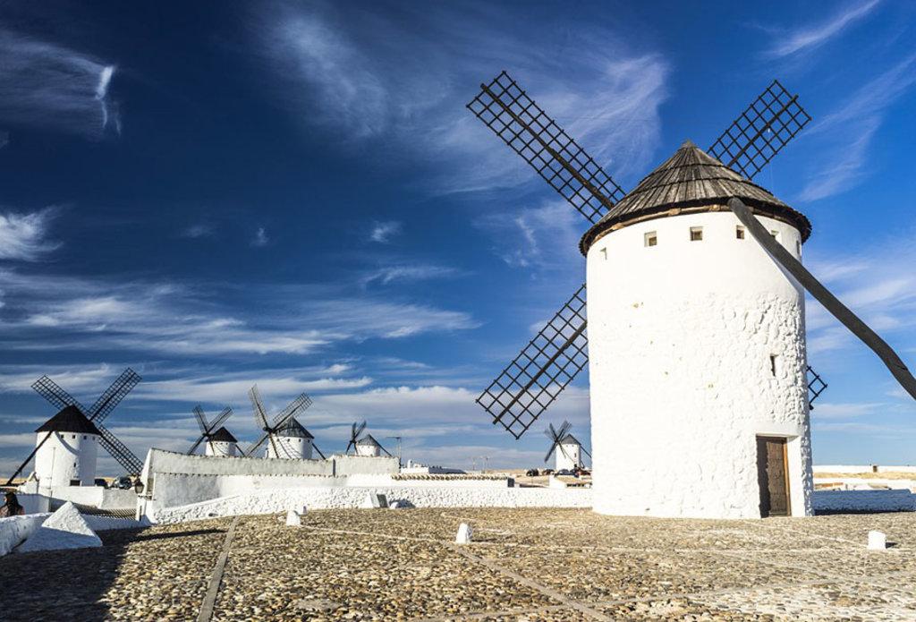 """Mulini a vento nella regione de La Mancia, i """"terribili nemici"""" di Don Chisciotte"""