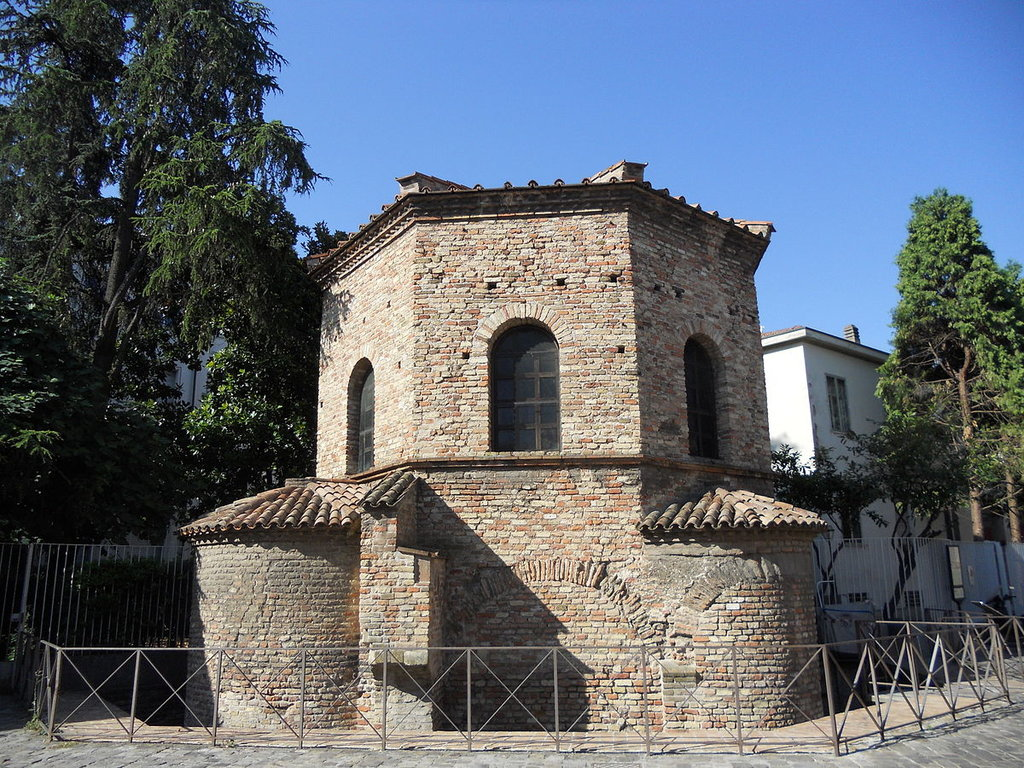 Battistero degli Ariani - By PacoPetrus - Own work, CC BY-SA 3.0, https://commons.wikimedia.org/w/index.php?curid=21782402