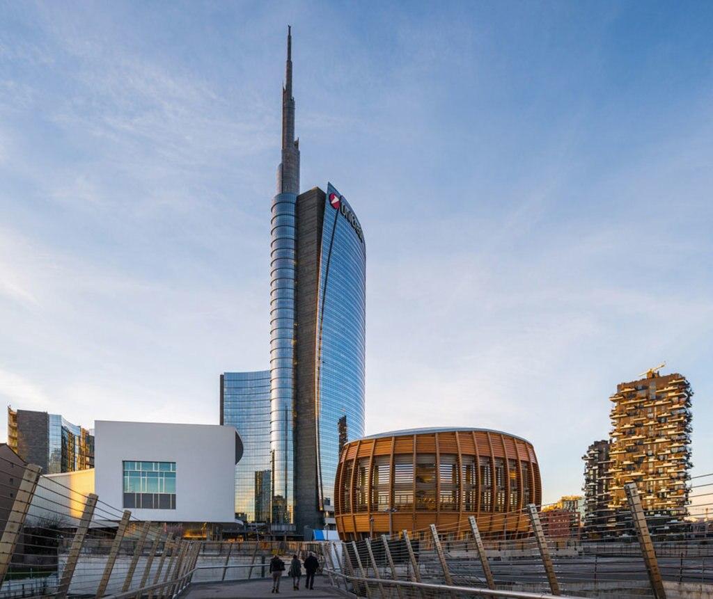 Il grattacielo Unicredit e, sullo sfondo,  il Bosco Verticale - Photo credit Pixabay