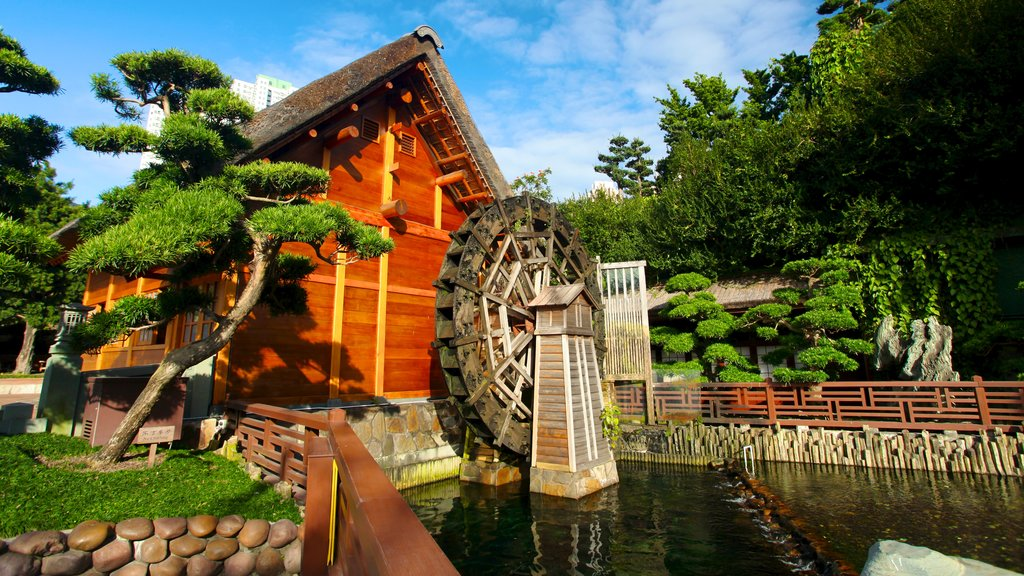 Nan Lian Garden showing a house, a pond and a garden