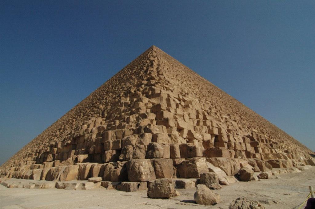 La Piramide di Cheope, l'unica delle 7 meraviglie del mondo antico ancora visibile - Photo by Francesco Gasparetti from Senigallia, Italy (Giza: Piramide di Cheope)  , via Wikimedia Commons