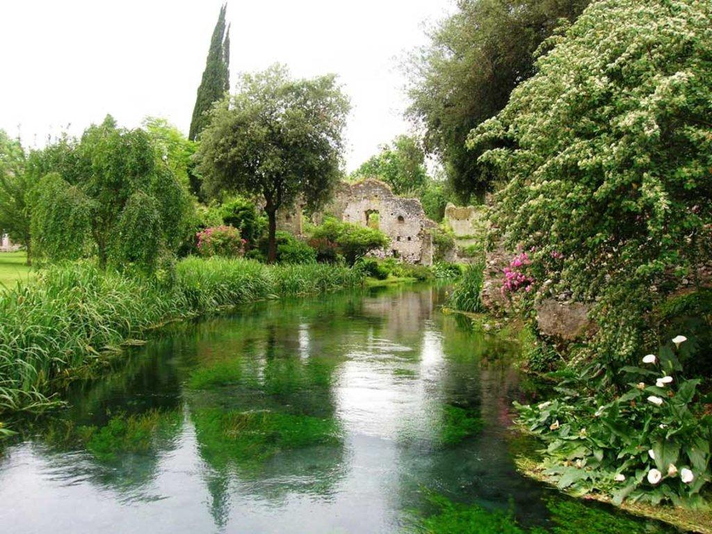 Il giardino di Ninfa a Latina è stato progettato all