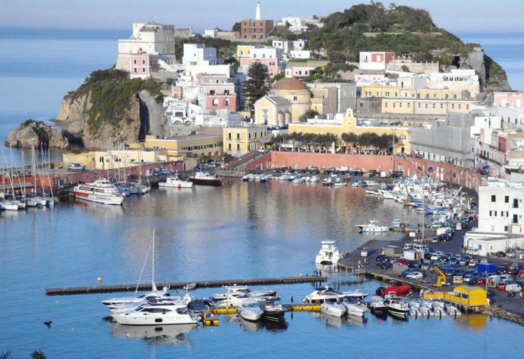 L'Isola di Ponza è definita la gemma del mediterraneo - 15 idee per una gita fuori porta a Roma
