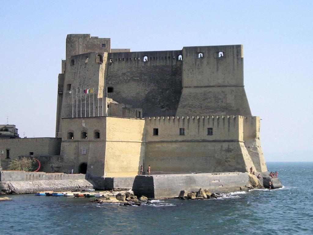 Castel dell'Ovo, Napoli - I 20 castelli medievali più belli d'Italia - By Gil (Own work), via Wikimedia Creative Commons