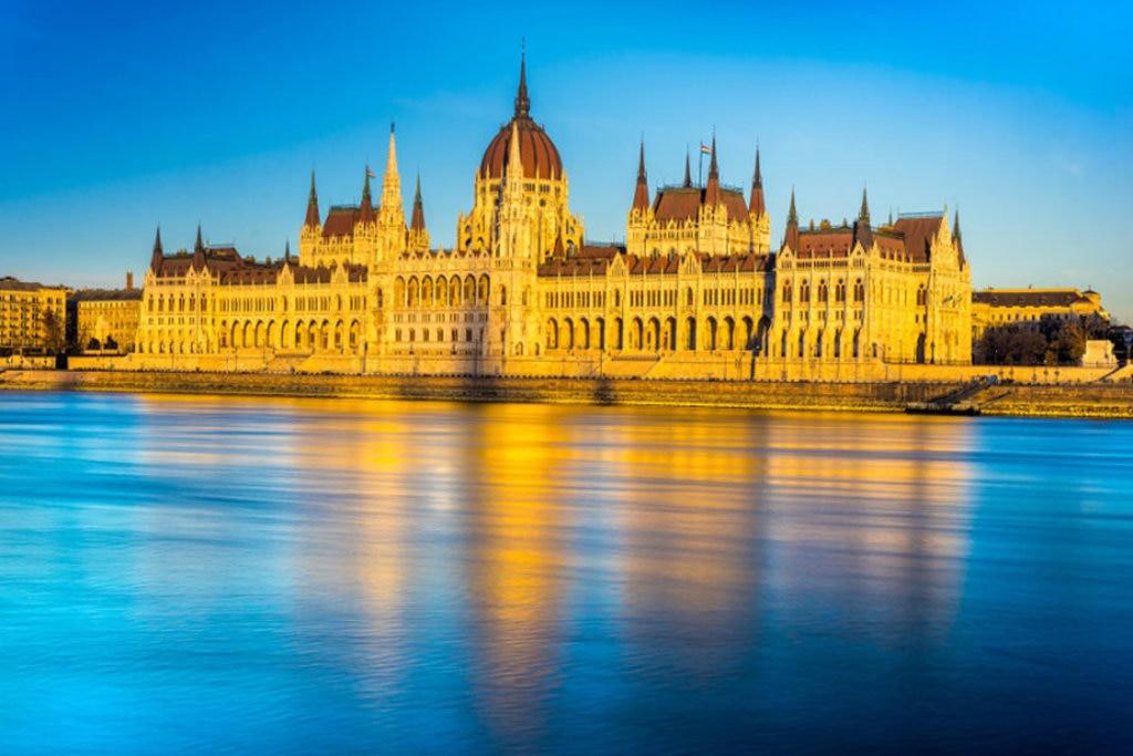 Una suggestiva vista del Parlamento di Budapest - Photo credit Shutterstock 453502c9fc