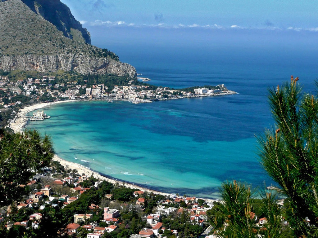 Mondello tra mare e cielo - By Pietro Columba from Italia (Mondello: Mare e cielo)  , via Wikimedia Commons