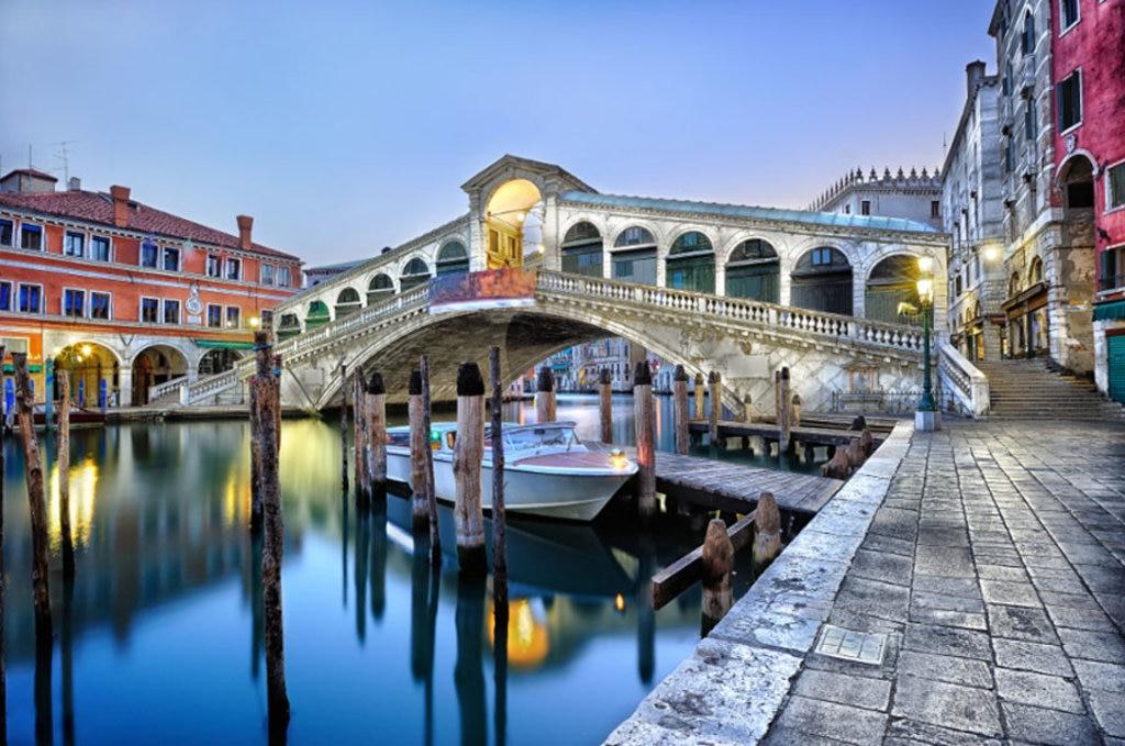 Il Ponte di Rialto all'alba - Photo credit Shutterstock