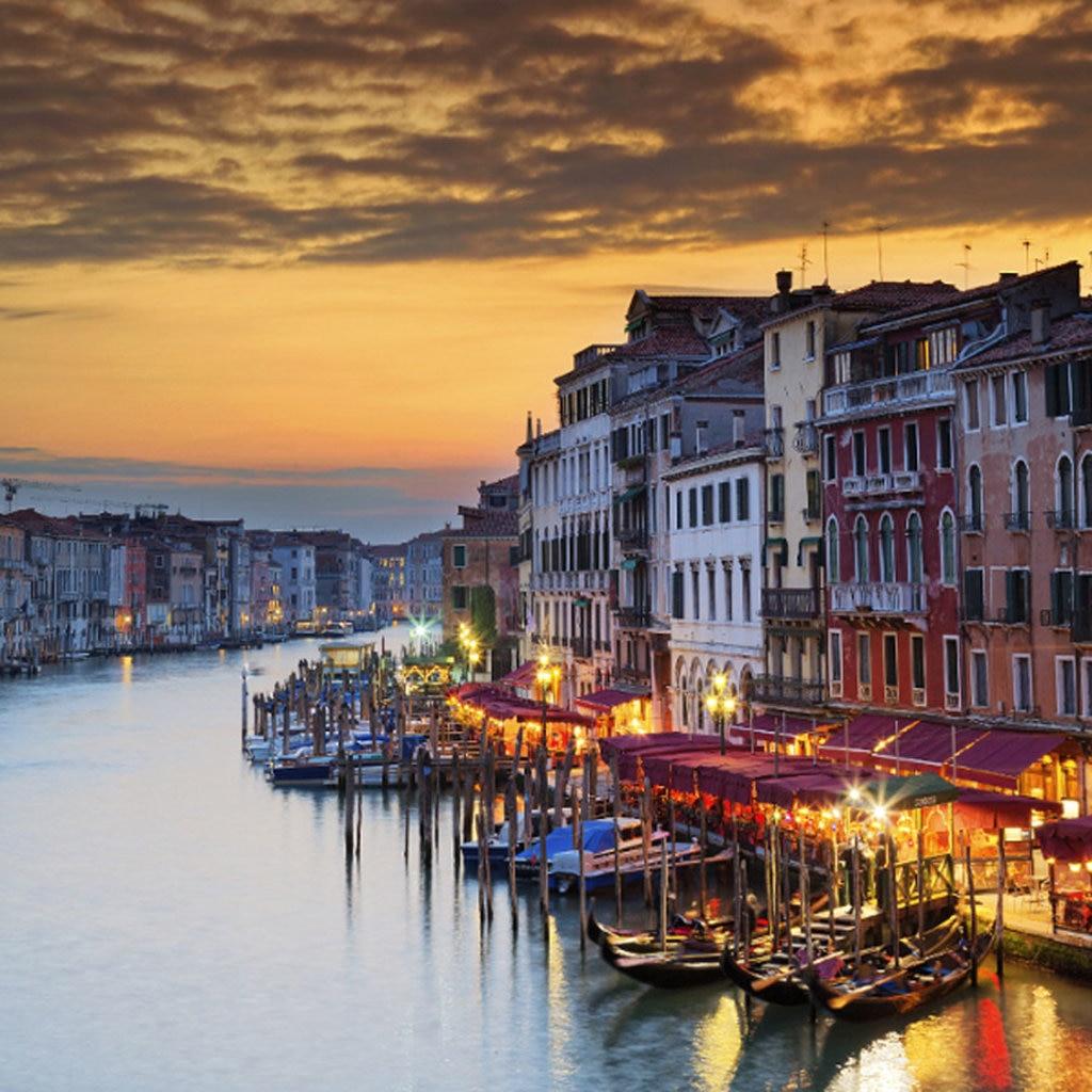Il Canal Grande illuminato dalle tinte del tramonto - Photo credit Shutterstock