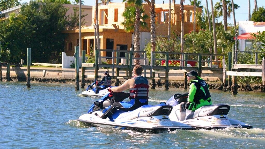 San Petersburgo-Clearwater mostrando un evento deportivo, jet ski y una bahía o puerto