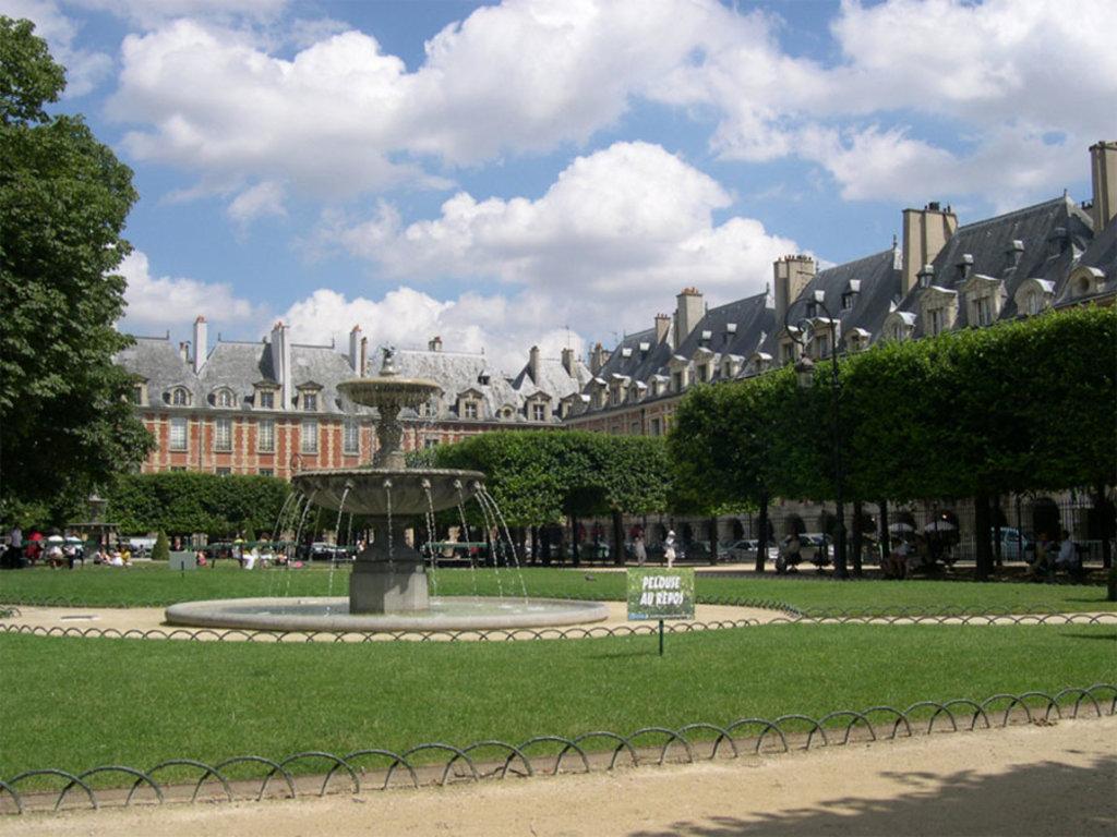 Uno scorcio di Place des Vosges - By AlNo (discuter/talk/hablar/falar) (AlNo (discuter/talk/hablar/falar))  , via Wikimedia Commons