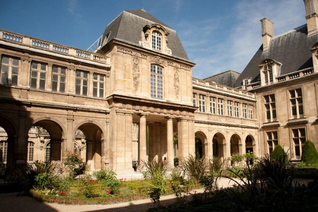 La corte interna dell'Hôtel de Carnavalet - By Ludovic Péron (Own work)  , via Wikimedia Commons