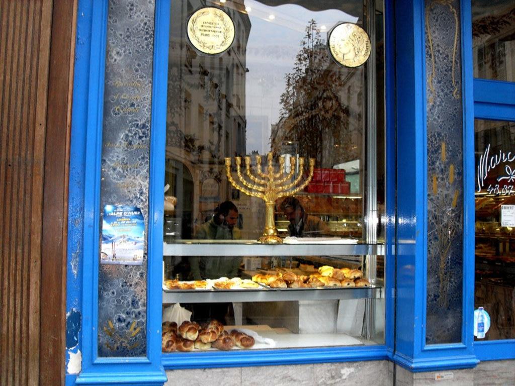La vetrina di una panetteria tipica in Rue des Rosiers - By Utilisateur:Djampa - User:Djampa (Own work)  , via Wikimedia Commons