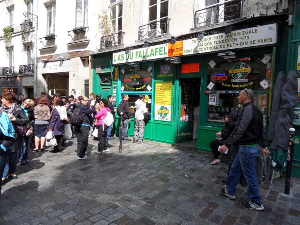 Una lunga fila davanti all'As du Falafel, una vera istituzione del Marais - By Plot Spoiler (Own work)  , via Wikimedia Commons