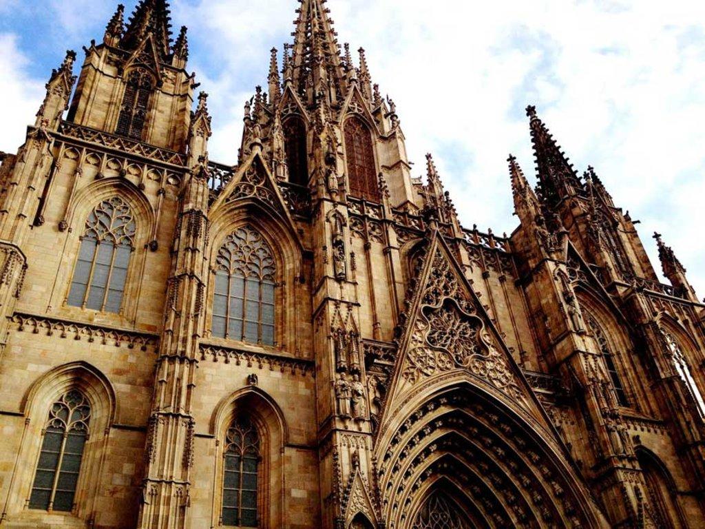 La Cattedrale di Santa Croce e Santa Eulalia è stata la chiesa principale di Barcellona fino alla costruzione della Sagrada Familia