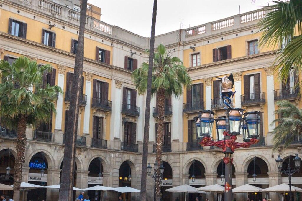 Primo incarico pubblico per Gaudì nella Plaça Reial: i suoi i lampioni a sei bracci - © Margherita Visentini