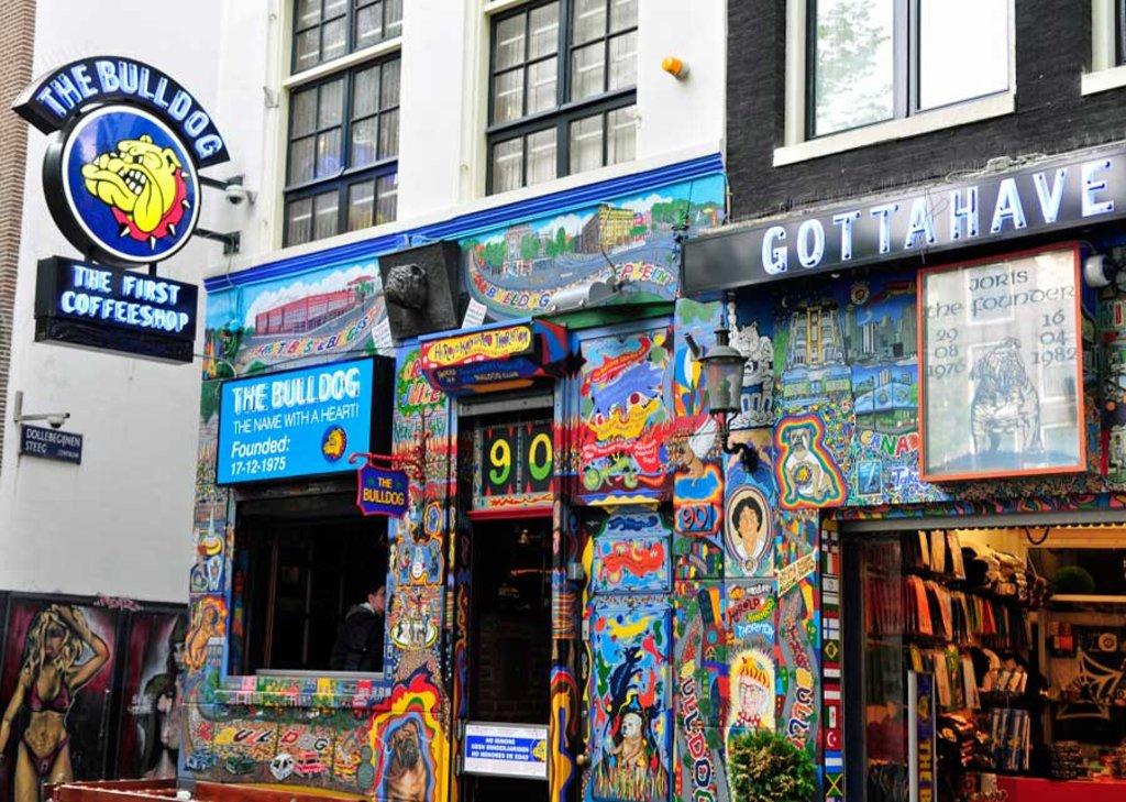 Il colorato ingresso del Bulldog, uno dei più noti coffee shop del quartiere a luci rosse - Photo By Sherpas 428 via Flickr
