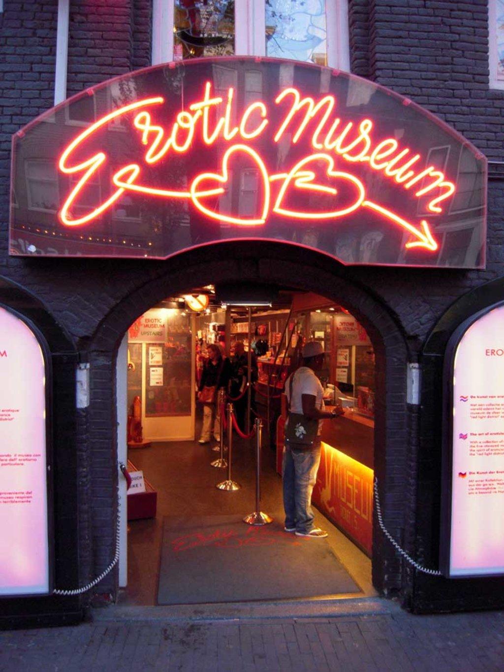 Un'insegna illustra l'ingresso dell'Erotic Museum, una delle tante attrazioni del Red Light District - By Michal Osmenda from Brussels, Belgium (Erotic Museum in Red Lights District in Amsterdam)  , via Wikimedia Commons