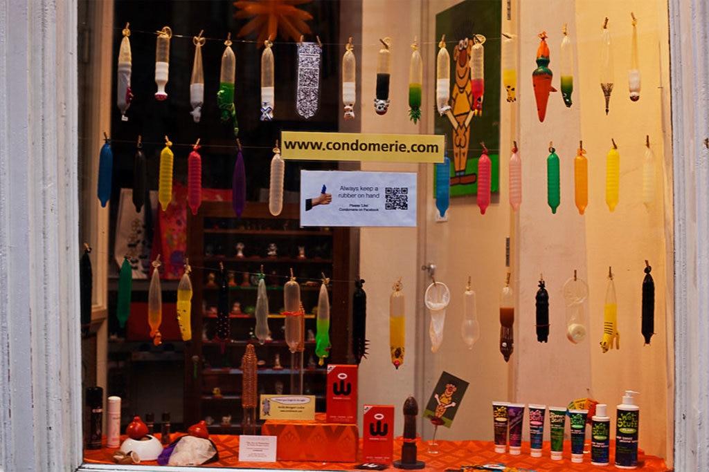 La vetrina della Condomerie, uno dei negozi più bizzarri del quartiere a luci rosse - Photo By Huw via Flickr