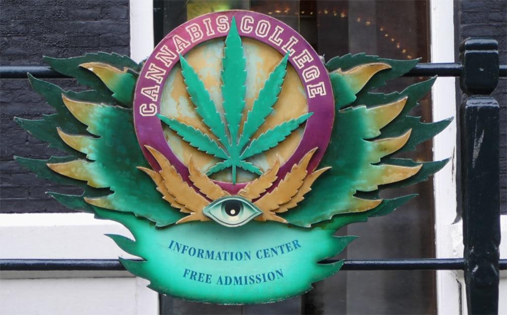 Lo stemma del Cannabis College - By Clock (Own work)  , via Wikimedia Commons