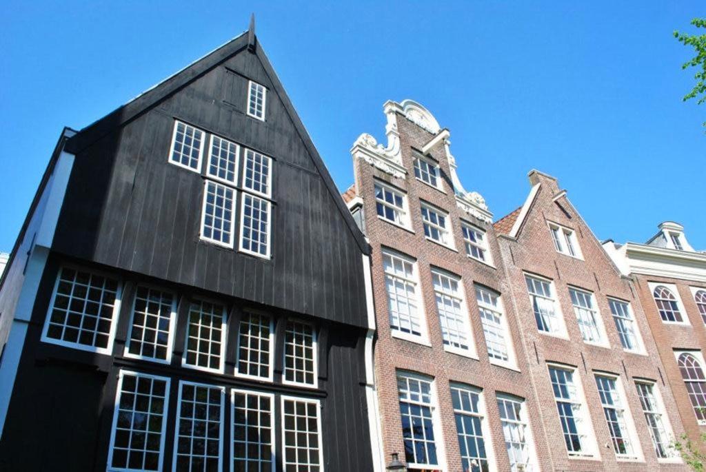 Una delle rarissime case in legno rimaste ad Amsterdam svetta nel cortile Begijnhof - By Elisa.rolle (Own work)  , via Wikimedia Commons