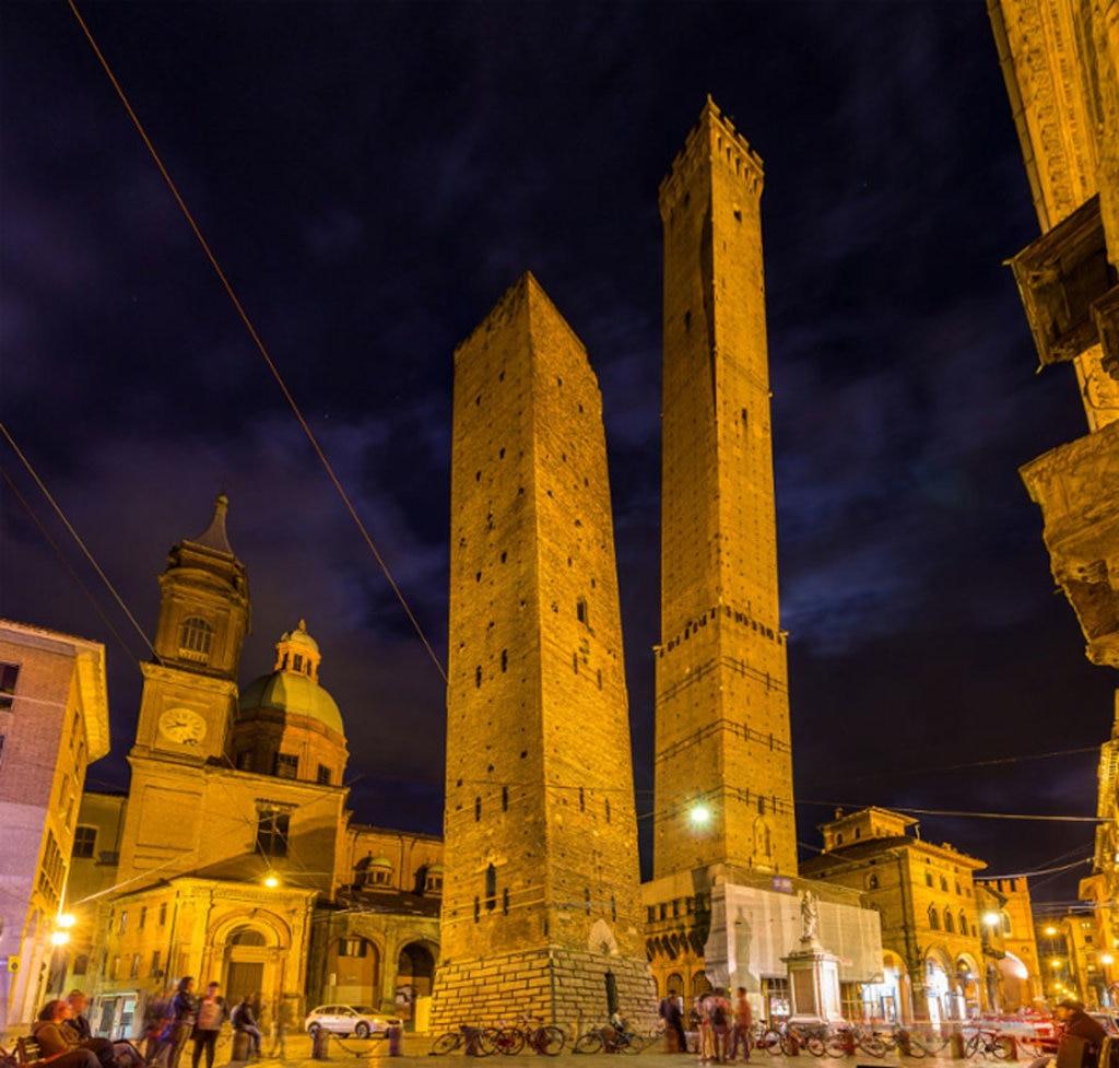 La Torre degli Asinelli e la Torre della Garisenda - Photo credit Shutterstock