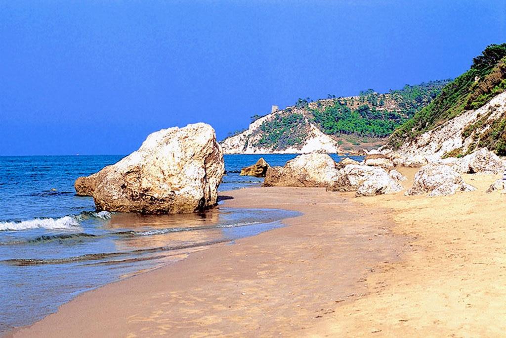 San Menaio. Rocce fra le spiagge delle Tufare e dei Cento Scalini - By Photorules (Own work)  , via Wikimedia Commons