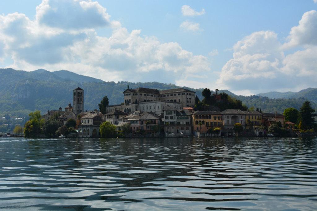 L'Isola di San Giulio, immersa nel lago d'Orta - By Samantha De Martin