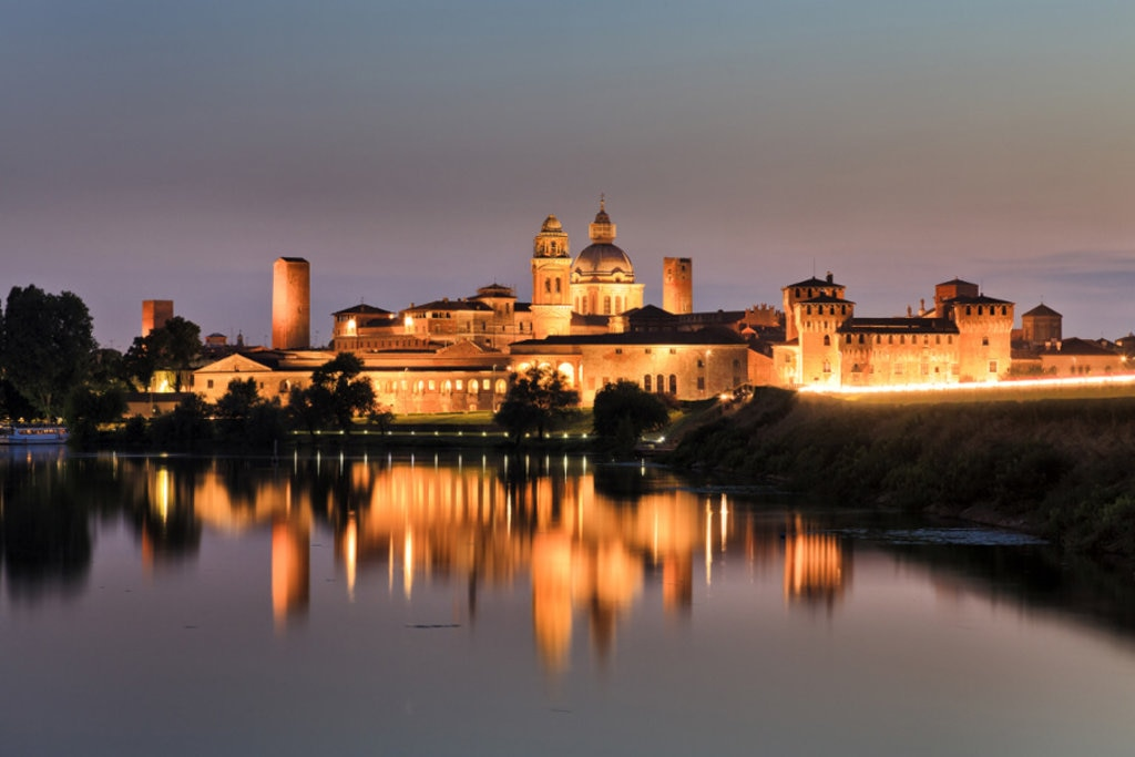 Suggestiva veduta notturna di Mantova - Photo credit Shutterstock