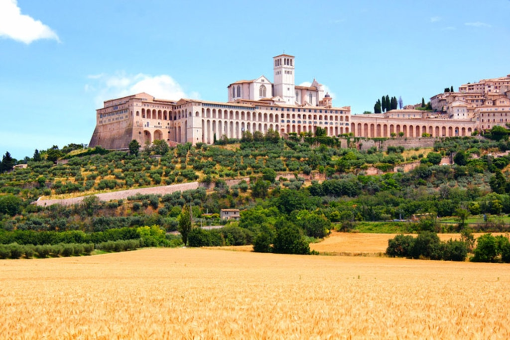 Vista verso la Basilica di San Francesco, Assisi - Photo credit Shutterstock