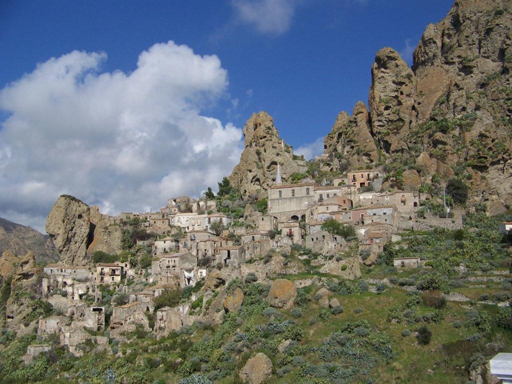 Il borgo fantasma di Pentedattilo, in provincia di Reggio Calabria - By Pi.Gra  , via Wikimedia Commons