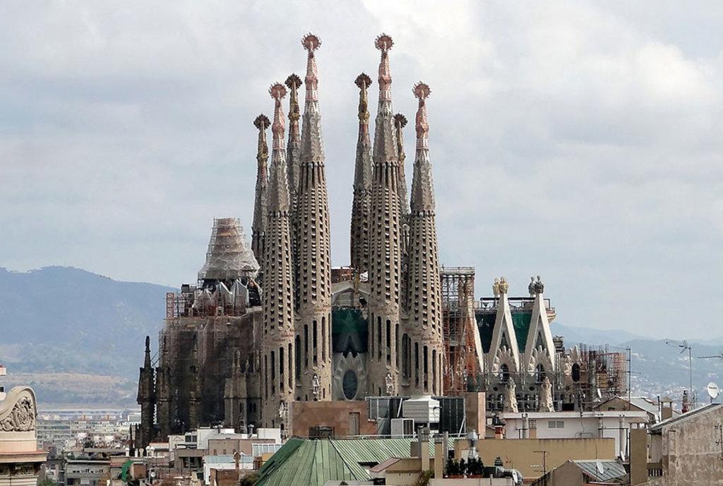 La Sagrada Familia vista da Casa Milà di Bernard Gagnon (opera propria)  , attraverso wikimedia commons