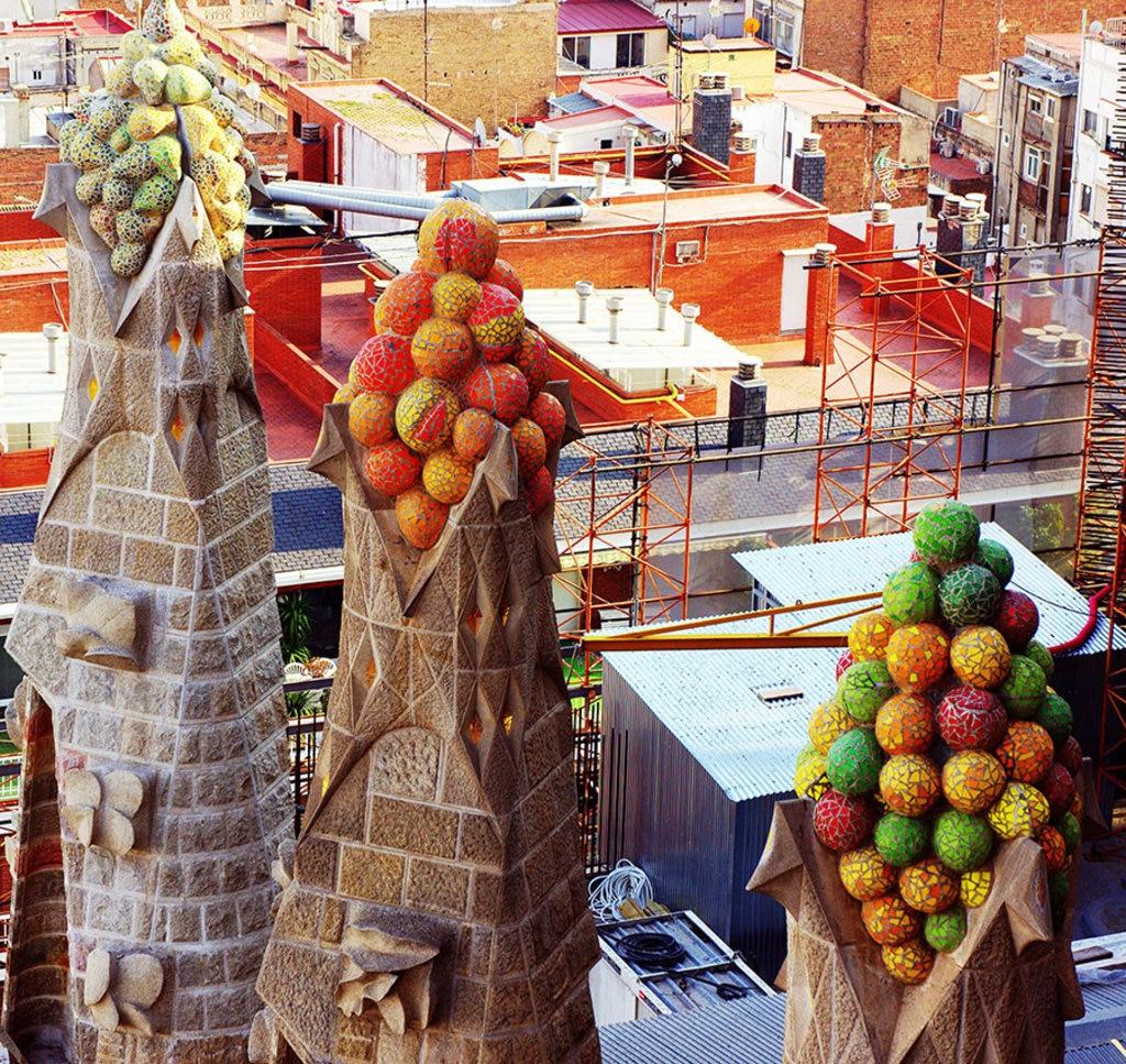 I pinnacoli decorati della Sagrada Familia. Di Poniol60 (Opera propria)  , attraverso Wikimedia Commons