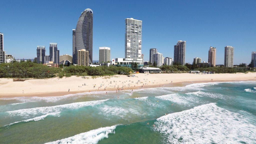 Broadbeach mostrando una playa de arena, un edificio de gran altura y horizonte