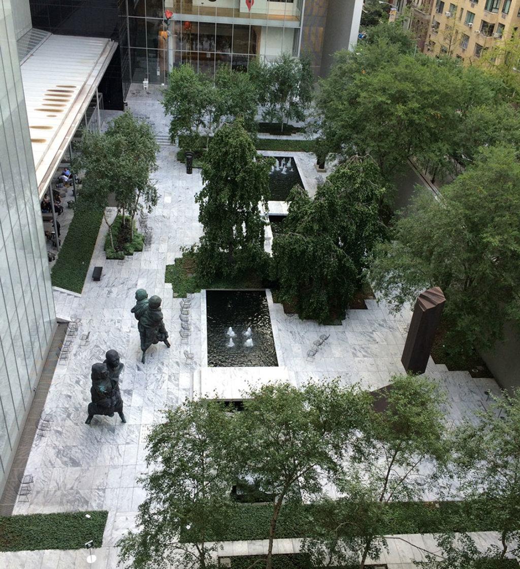 Il giardino interno del MoMA dà la possibilità di riposarsi dal tour museale in un'atmosfera artistica -By Lia Chang (Own work)