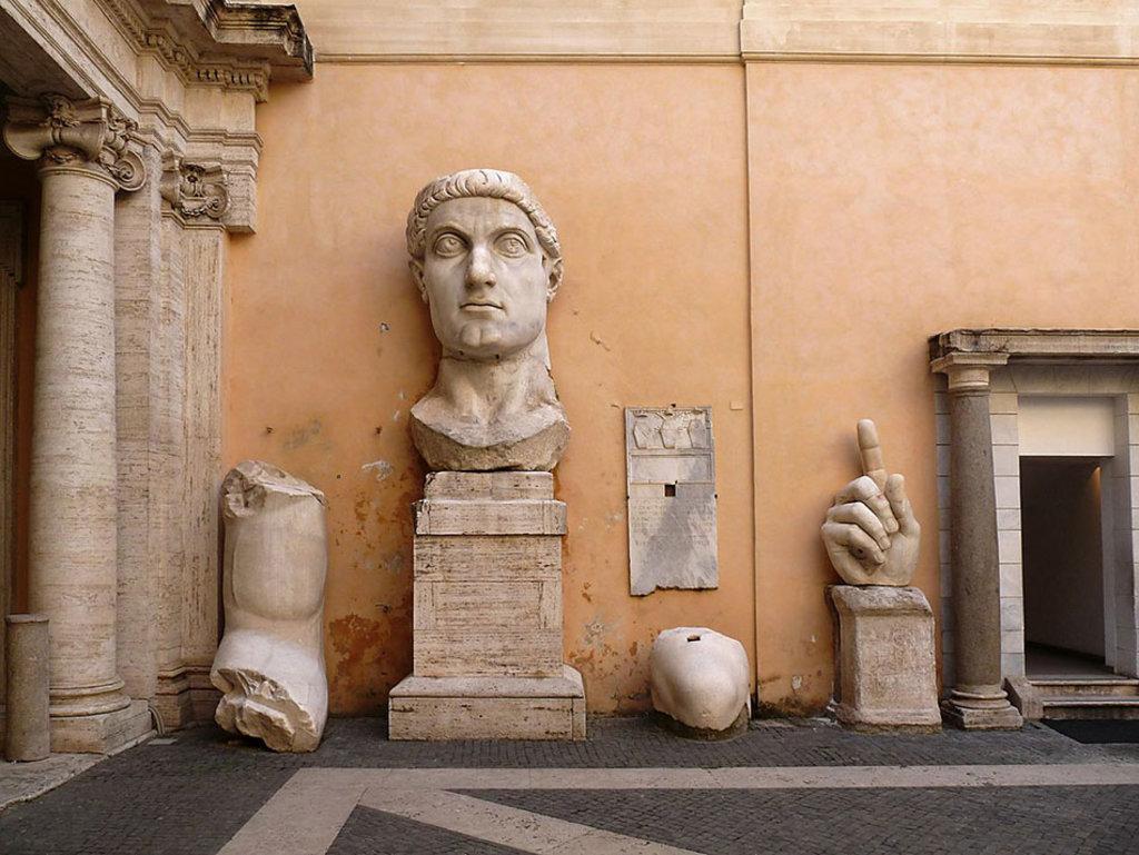 Vista die mercati di Traiano lungo i Fori Imperiali. Di Jebulon (Opera propria)  , attraverso Wikimedia Commons