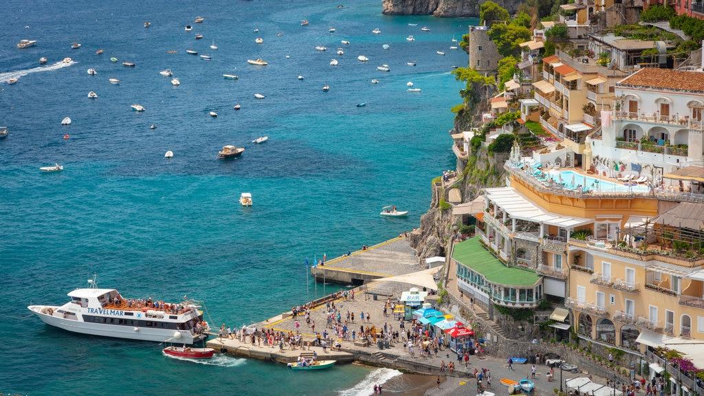 Positano City Centre showing a coastal town, cruising and general coastal views