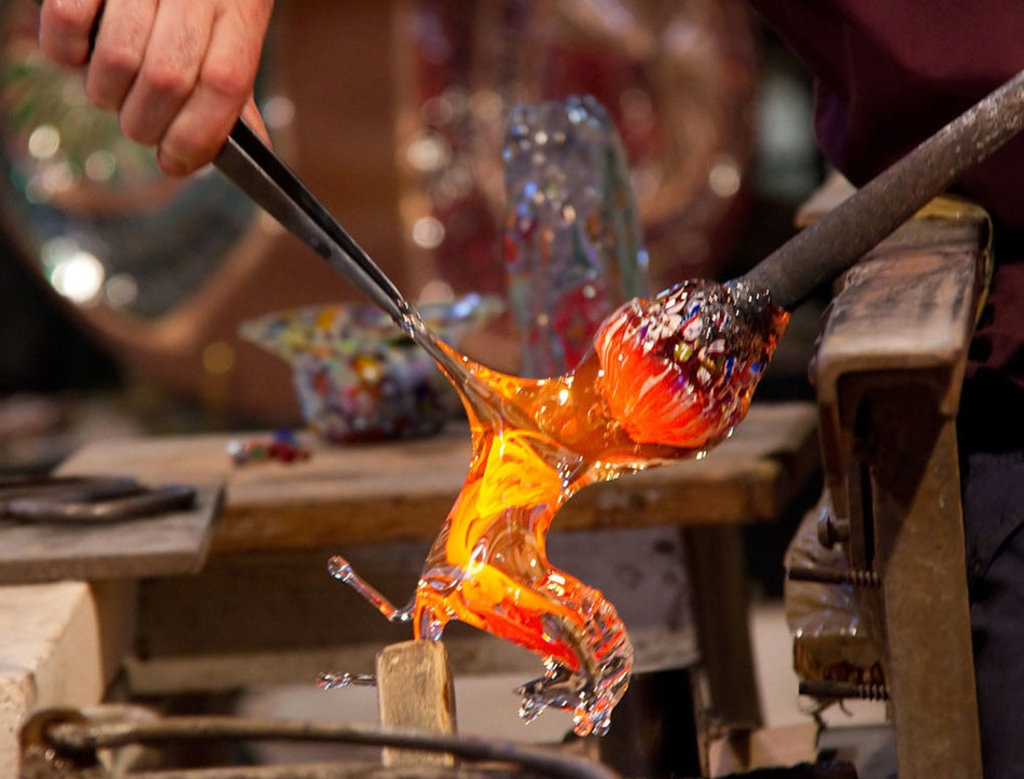 Murano, lavorazione del vetro. Di Tony Hisgett from Birmingham, UK (Making a Glass Horse Uploaded by tm)  , attraverso Wikimedia Commons