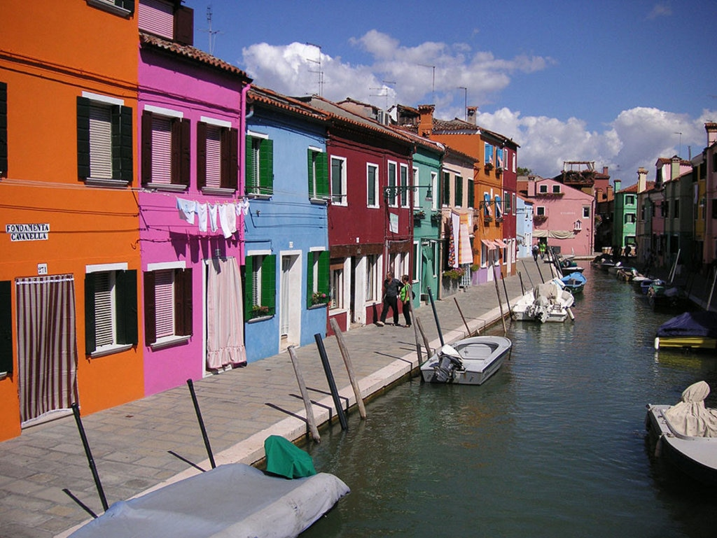 Burano Island near Venice, Italy. Di User:Nikater (Own work by Nikater.)  , attraverso Wikimedia Commons