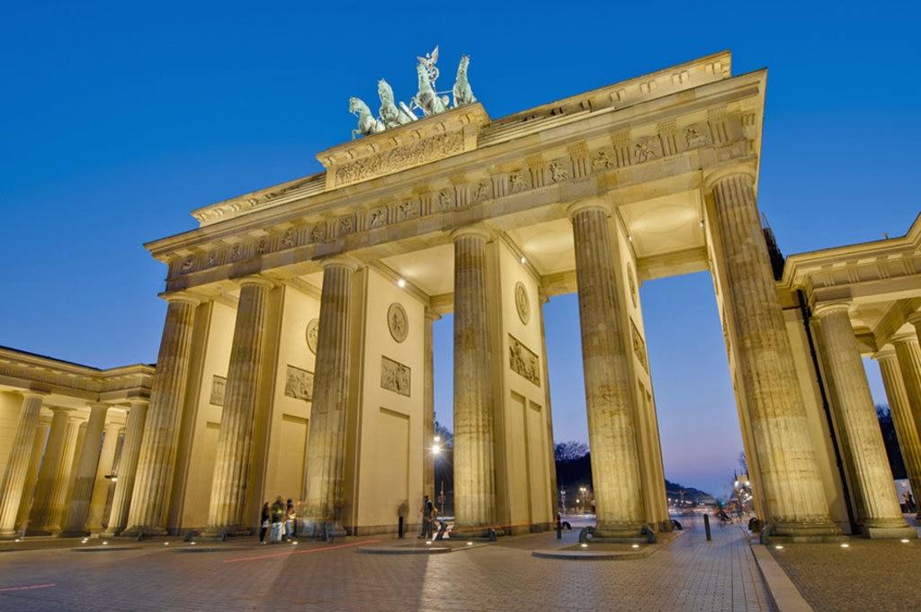 La Porta di Brandeburgo di notte. Photo credit Shutterstock